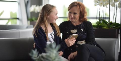Slik reagerer barn på foreldres mobil-snoking