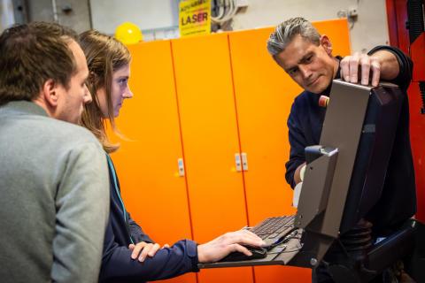 Lærer prøver at arbejde med IT udstyret på smede afdelingen