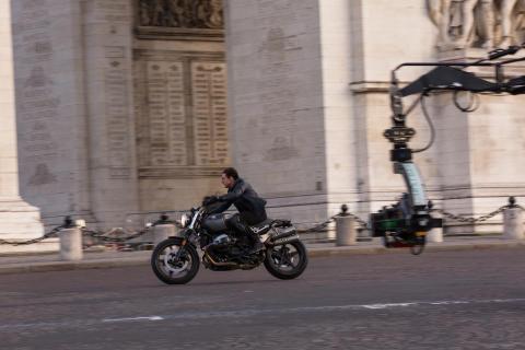 Tom Cruise under optagelserne på en BMW R NineT Scrambler
