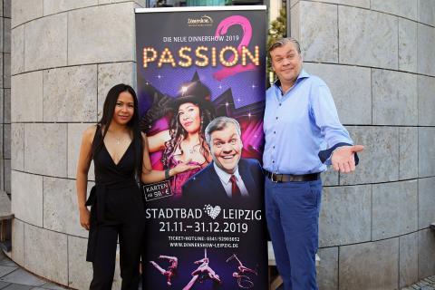 Sängerin Pavi De Mayo und Moderator Ramon Hopman - Dinnershow im Stadtbad Leipzig