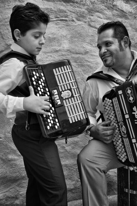 Hans och Gino Taikon, far och son och svenska kalderashromer, spelar dragspel tillsammans.