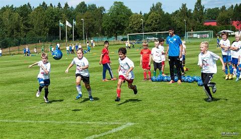 Glada barn med mycket spring i benen – Proton Group är stolt huvudsponsor till IFK Värnamos Fotbollskola.