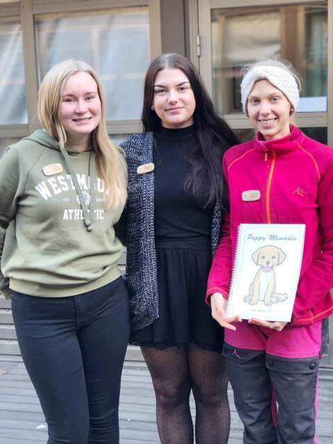Från vänster; Elin, Amanda och Sara från Realgymnasiet i Uppsala som driver UF-företaget Puppy Memories.