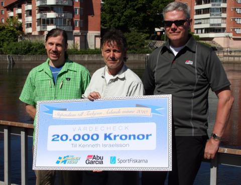 Kenneth Israelsson flankerad av Bengt Olsson (Sportfiskarna) och Olle Lidesjö (Abu Garcia)