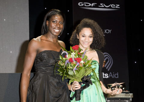 Christine Ohuruogu MBE presents fellow SportsAid alumna Jodie Williams with the One-to-Watch Award at the SportsBall in 2009