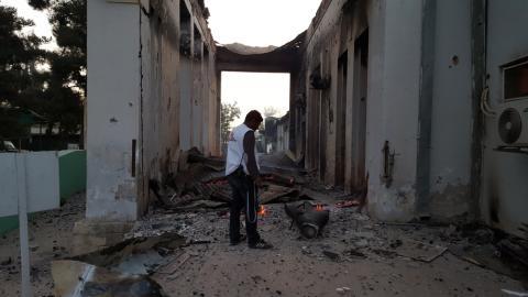 En medarbetare undersöker skadorna på traumasjukhuset i Kunduz efter bombningen i lördags.