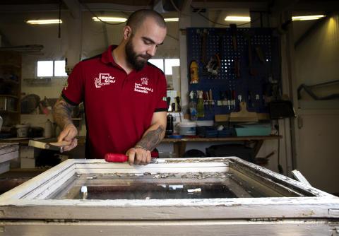 Emil Hansson renoverar ett fönster