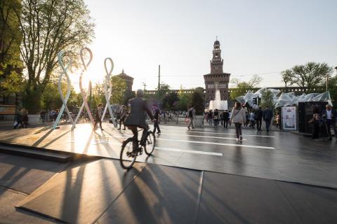 Cosentino-koncernen stöder DDN i INHABITS-projektet  och den ultrakompakta ytan Dekton® står i centrum på en innovativ installation av Progetto CMR på Piazza Castello