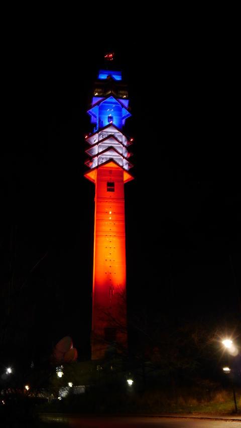 Kaknästornet i rött, vitt och blått