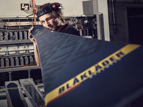 Blåkläder med egendesignade skidor från Åre Skidfabrik