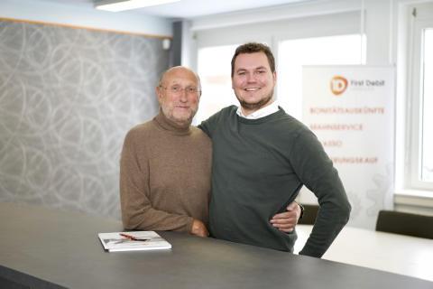 Erfolgreicher Generationenwechsel in der deutschen Inkasso-Branche: Reinhard Domnowski (links) und sein Sohn Tobias Domnowski, Geschäfts-führer der First Debit GmbH in Hamm (Foto: Simon Thon)