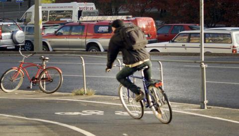 Allt färre ungdomar använder cykelhjälm!