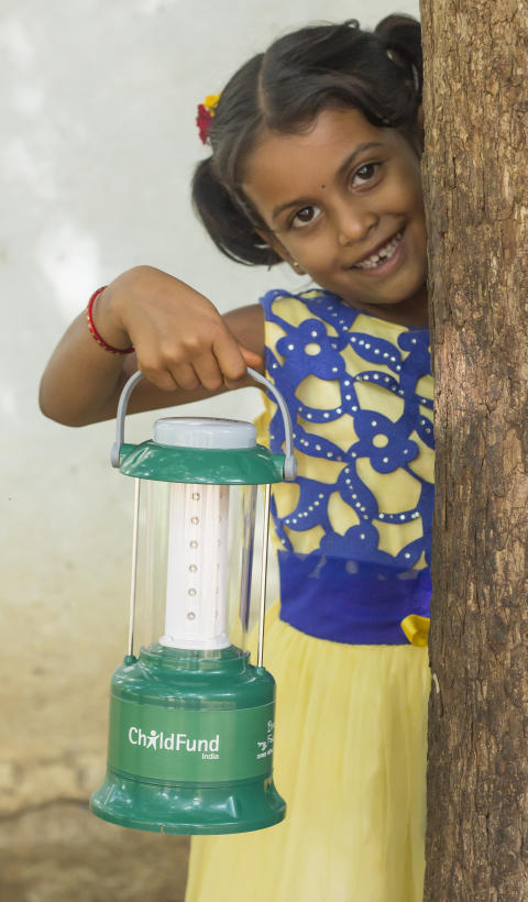 Swathi visar upp familjens solcellslampa