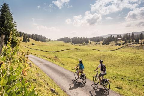 E-Biker unterwegs beim Combe des Amburnex im Genferseegebiet
