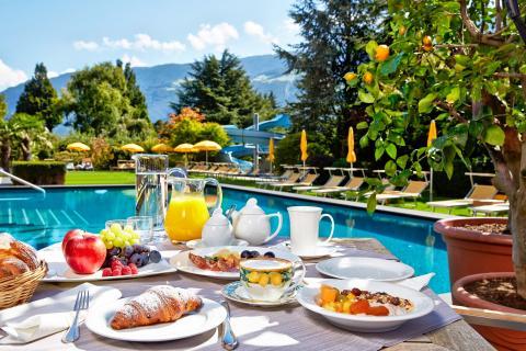 Frühstück am Hotel Feldhof Pool