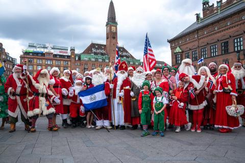 Julefolk besøger Rådhuspladsen i anledning af Bakkens 62. kongres