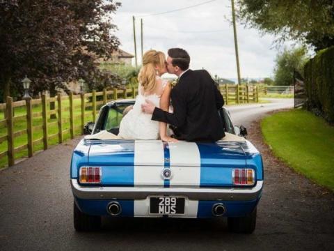 Kutsche mit reichlich Pferdestärken – Brautpaare entscheiden sich für den Ford Mustang als Hochzeitsauto