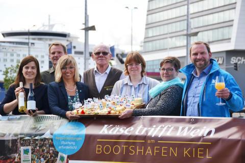 """""""Käse trifft Wein"""" v.l. Kathrin Groß (Kiel-Marketing), Markus Heid und Ute Volquardsen (Landwirtschaftskammer SH), Detlef und Kirsten Möllgaard (Meierhof Möllgaard), Cindy Jahnke (KäseStraße) und Johannes Hesse (Kiel-Marketing)"""
