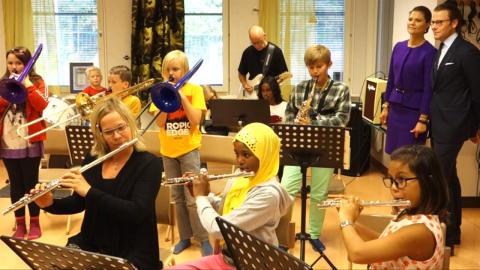 Musikintresserade elever på Ersängsskolan fick besök av kronprinsessparet
