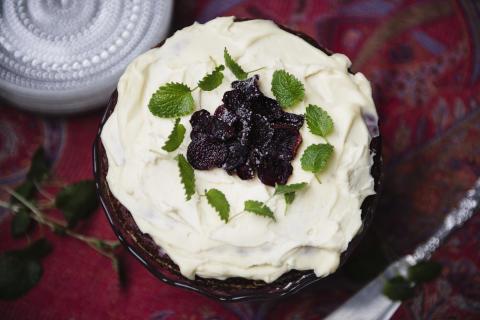Överraska med saftig och smakrik chokladtårta full av nyttiga rödbetor.