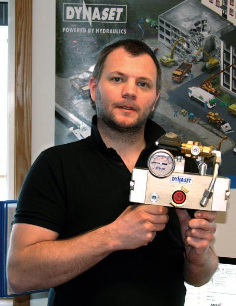 Fredrik Eriksson visar vattenpump