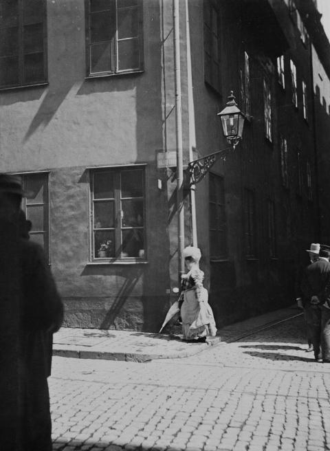 Höst 2014: Kvinna på väg till besiktningsbyrån i Gamla stan 1902