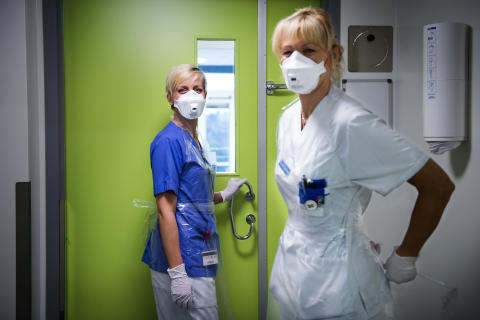 Sjuksköterskan Helene Andersson och undersköterskan Lisa Rosén från infektionskliniken.