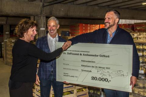Det amerikanske ambassadørpar donerer 20.000 kr. til fødevareBanken