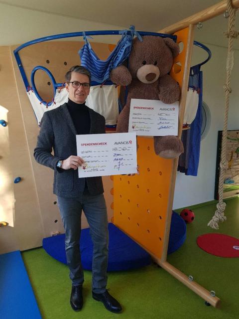 Mitarbeiter der Avancis GmbH feiern Weihnachten: Bärenherz wird mit einer Spende bedacht