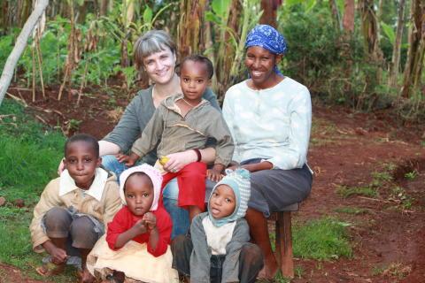 Åsa Slobodnik med sin värdfamilj i byn Kirwara i Kenya