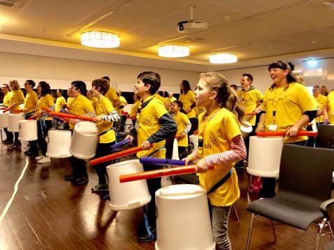 Mit dem Cochlea-Implantat Musik erleben – beim Trommel-Workshop der Cochlear Family am diesjährigen Welttag des Hörens