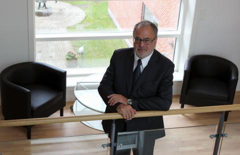 Forenede Services adm. direktør fratræder sin stilling