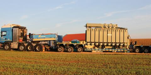 Der neue Netztrafo wiegt über 60 Tonnen und wird per Schwertransporter zum Umspannwerk geliefert.