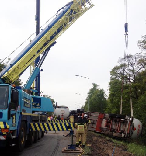 Räddningsarbetet med gasoltankbilen går enligt plan