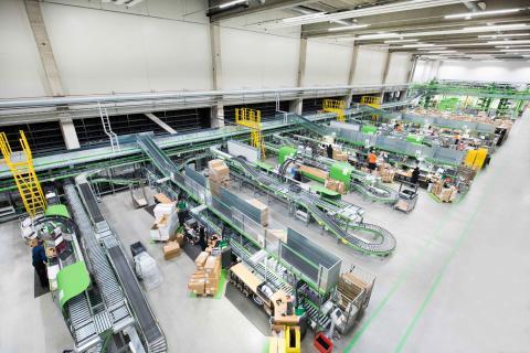 Sukkulajärjestelmän esialueelle on sijoitettu 27 uudelleenpakkausasemaa ja 9 työasemaa, joissa tuotteet poimitaan tilauslaatikoihin.