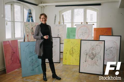 Gudrun Schyman auktionerar ut tavlor på Stockholms Auktionsverk