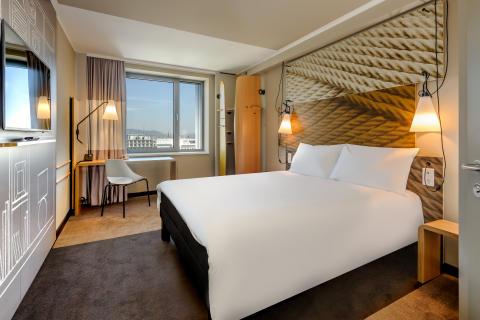 """Das ibis Wien Hauptbahnhof bietet 311 komfortabel eingerichtete, klimatisierte und schallgeschützte Zimmer. Das """"Sweet Bed™ by ibis"""" -Konzept sorgt für besten Schlafkomfort."""