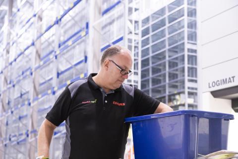 Det blir mycket plockande för lagerarbetaren Lars Helgessson när alla delar ska upp.