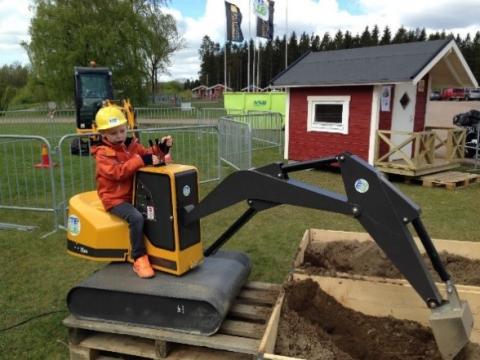 Barn gräver på Svenska Maskinmässan på Solvalla den 2-4 juni