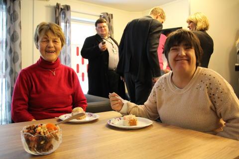 Beboerne Karen og Isabelle feiret ny bolig med marsipankake