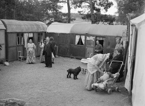 Läger med tält och vagnar i Lilla Sköndal, Gubbängen.