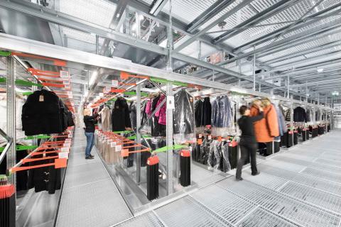 Medarbejderne bruger RF-terminaler til plukning af hængende tekstiler.
