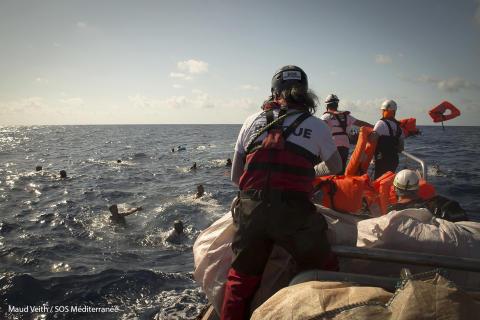 Räddningsteamet kastar flytvästar till människorna som har ramlat i vattnet.