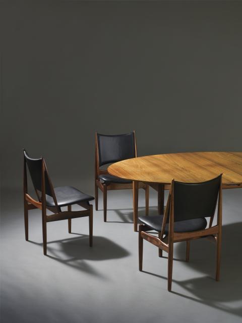 """Finn Juhl: """"Judasbordet"""". Vurdering: 200.000 kr. Finn Juhl: """"Ægypterstolen"""". Sjældent sæt på 12 stole. Vurdering: 300.000 kr."""