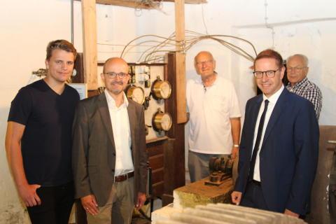 Auszubildende von Westfalen Weser Netz halfen bei Restaurierung von Wasserkraftmühle in Salzkotten-Verne
