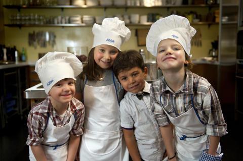 Minikockarna: fr.v. Harry (5 år), köksmästare, Leia (6 år), servitris, Luca (4 år), hovmästare, Frank (7 år) kock.