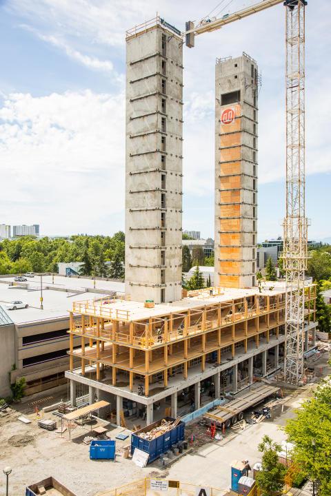 Byggnaden vid University of British Columbia består av betongkärnor och träkonstruktioner.