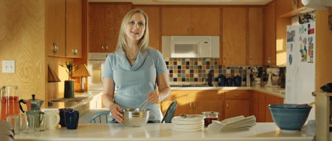Rebecca Sellstrom serverar ostkaka i Texas