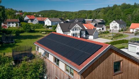 Enebolig med solceller på taket