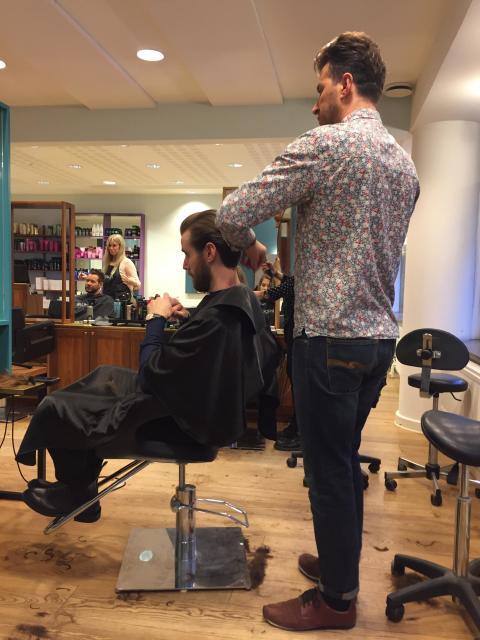Salong Larsson och Lange i Malmö skänker klippningen till förmån för Cancerfonden